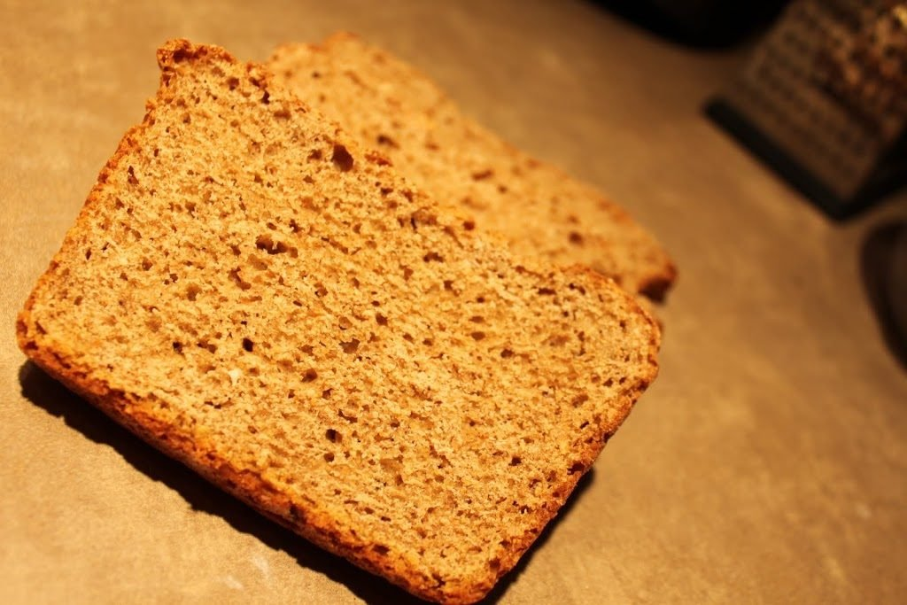 Slices of gingerbread bread on a work surface