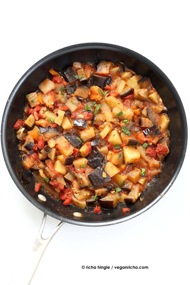 Aloo baingan recipe potato eggplant curry vegan richa easy indian spiced eggplants and potatoes aloo baingan recipe curried potato eggplant side forumfinder Images