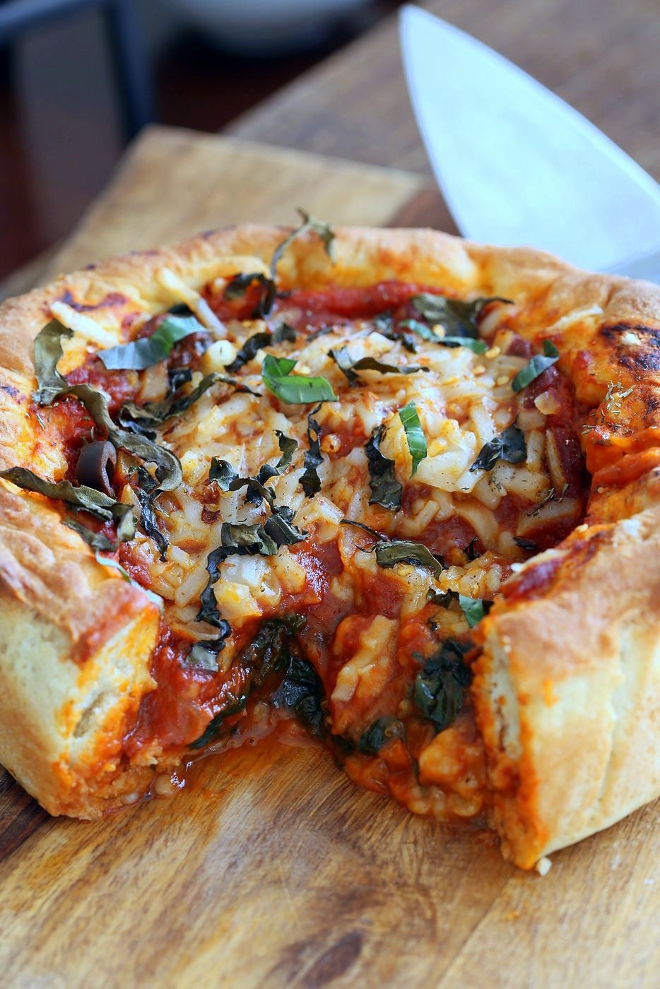 Vegan Deep Dish Pizza Recipe. Easy Deep Dish Pizza with from scratch crust, red pepper, spinach, vegan mozzarella and basil. Vegan Pizza Recipe. | VeganRicha.com