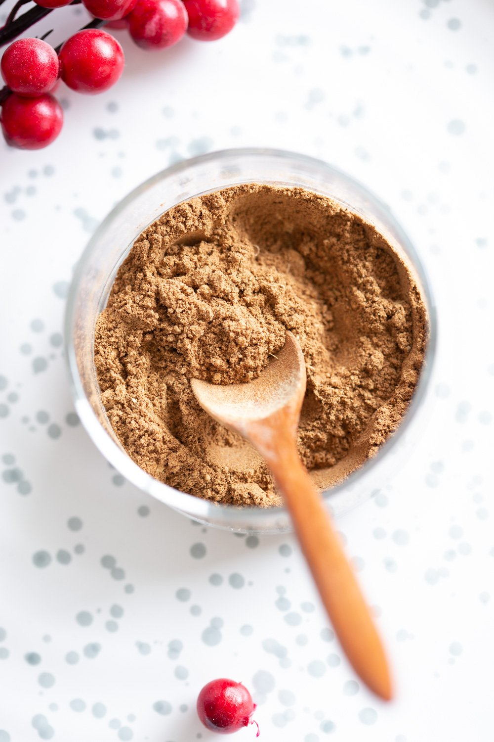How to make Gingerbread Spice Mix. Easy gingerbread spice with everyday ingredients. Use in gingerbread cake, gingerbread cookies, latte and more. Great for gifting. Vegan Glutenfree #vegan #veganricha