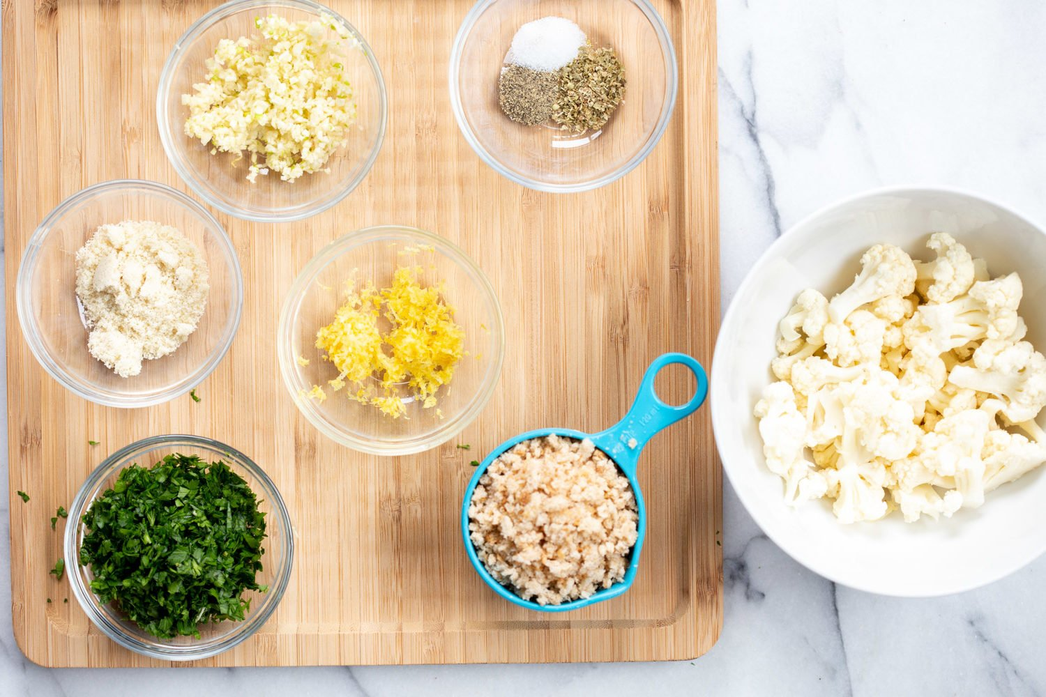 Ingredients for Spaghetti with toasted garlic breadcrumbs in bowls