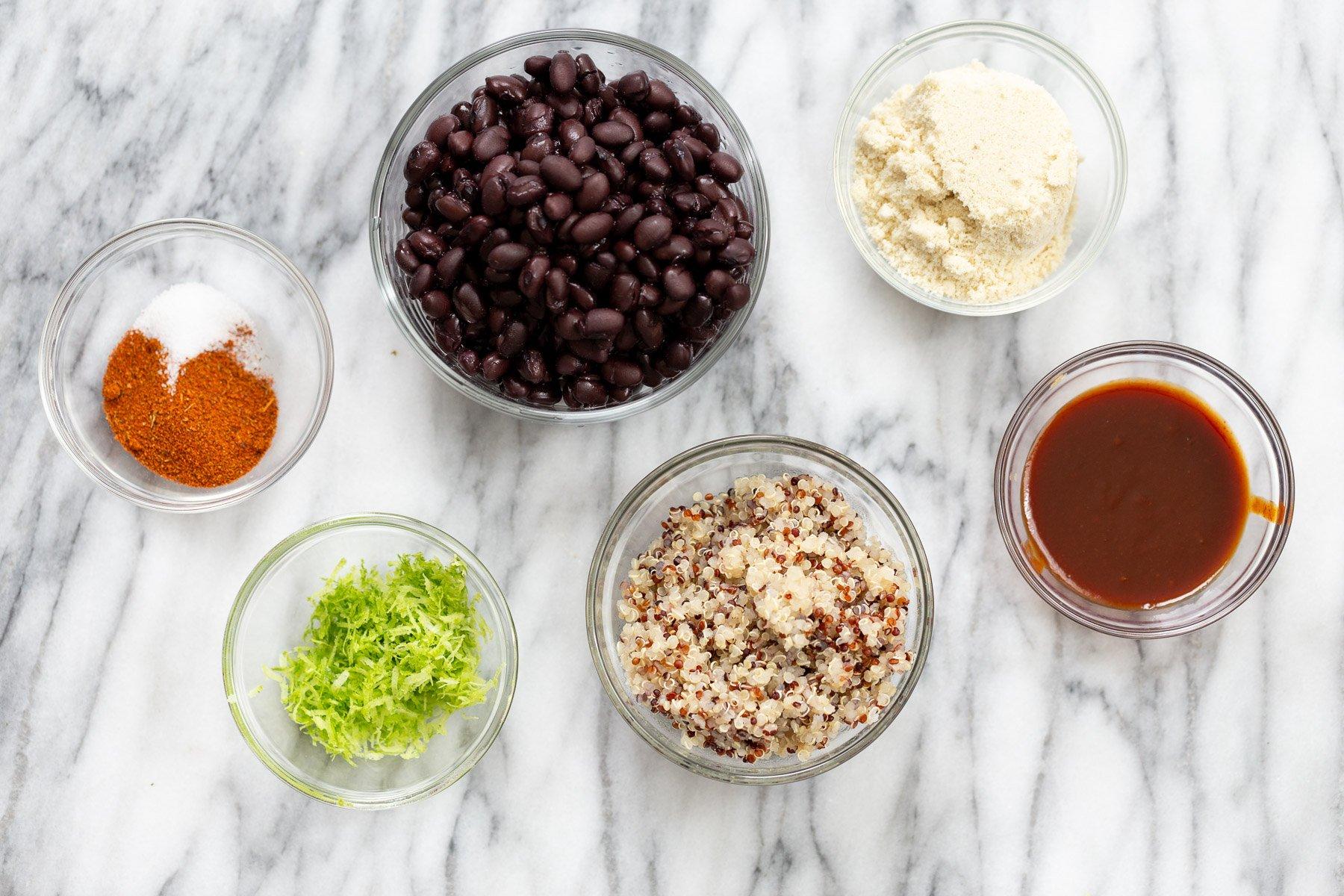 foto aérea dos ingredientes usados para fazer hambúrgueres de hamburguer de quinoa de feijão preto