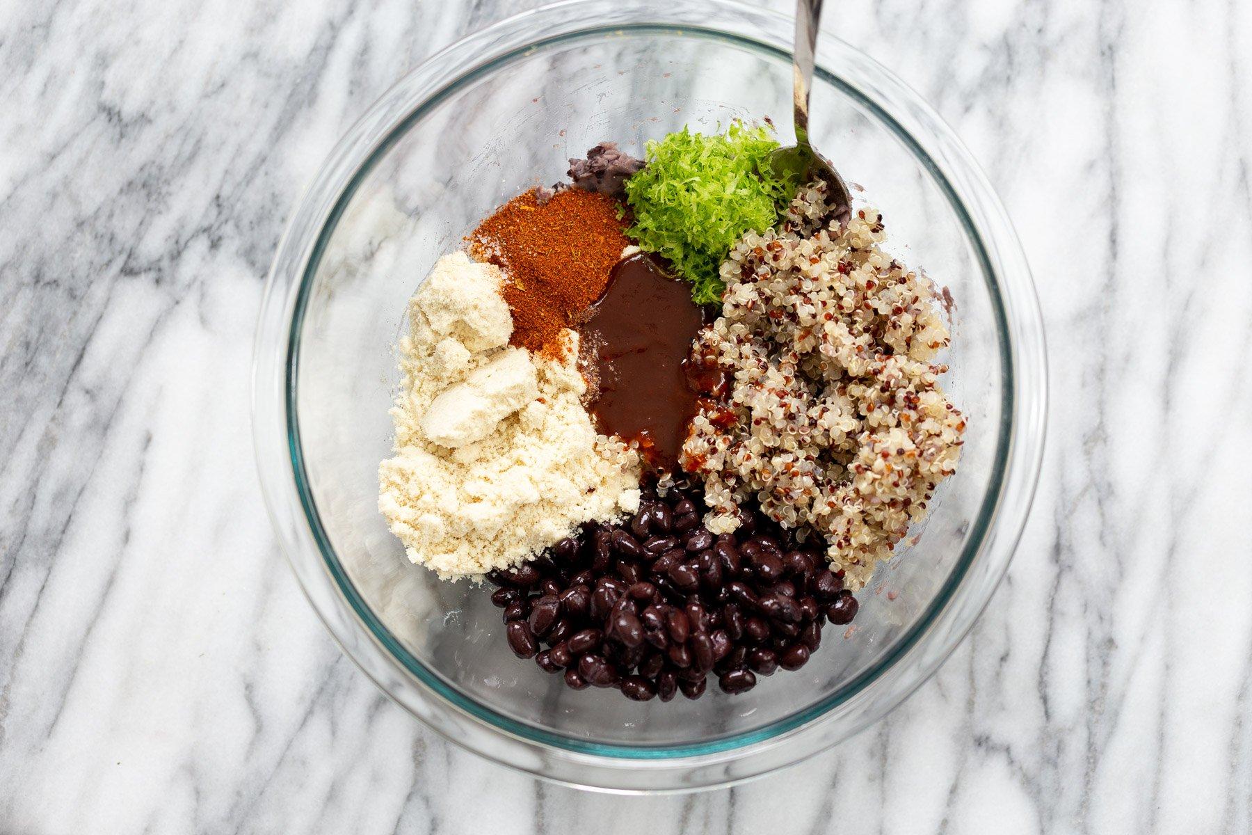 ingredientes para fazer rissóis de quinoa de feijão preto reunidos em uma tigela de vidro