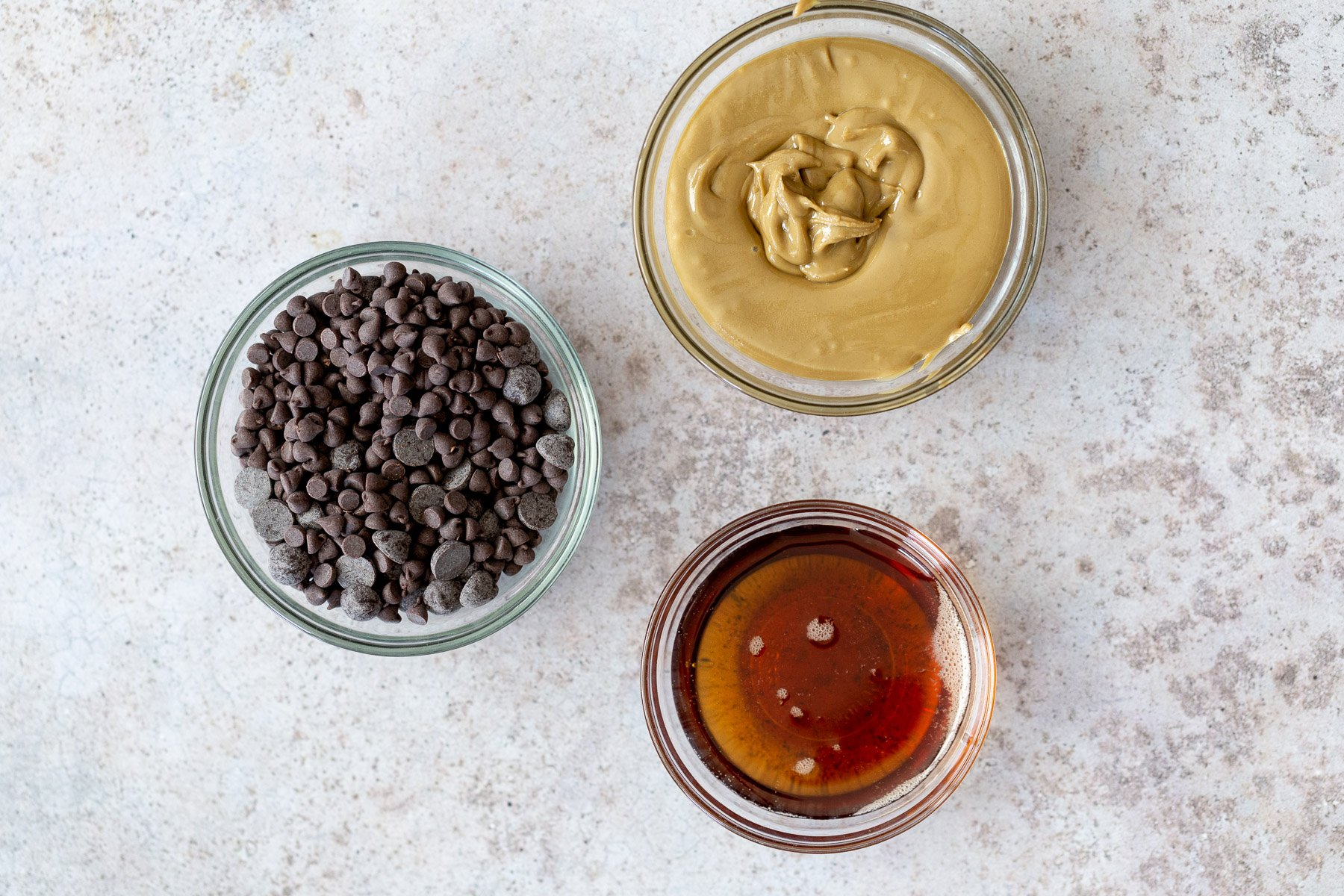 ingredientes necessários para fazer calda de chocolate vegana em um balcão da cozinha