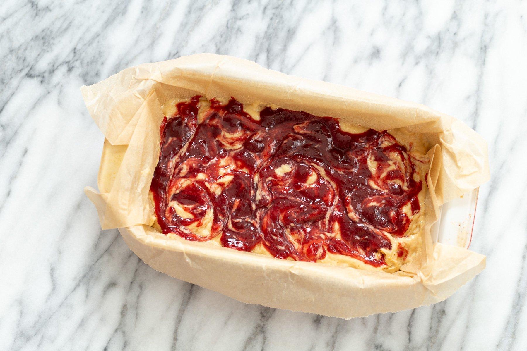 geléia de framboesa sendo transformada em massa de bolo de manteiga de amendoim