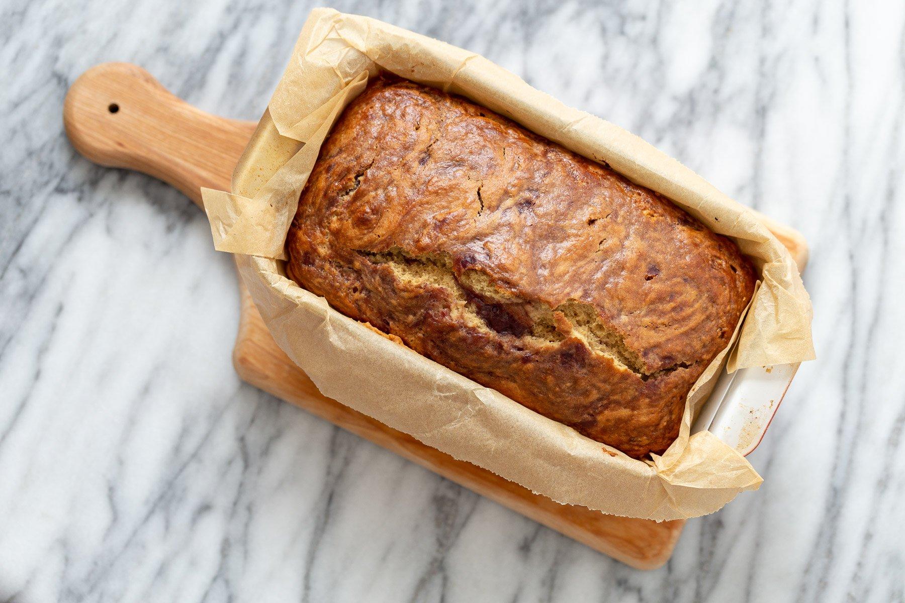 uma manteiga de amendoim vegana recém-assada e bolo de geleia em uma forma de pão