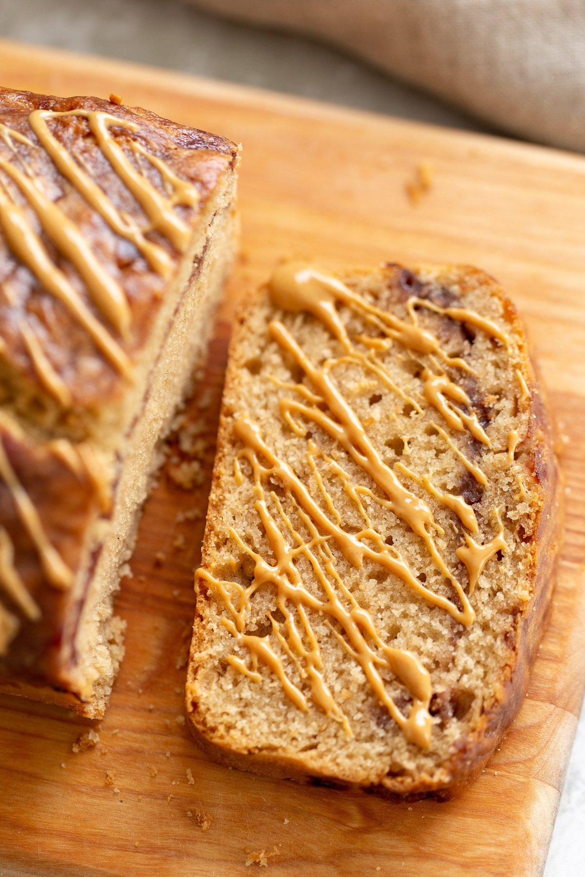 uma fatia de manteiga de amendoim vegana e bolo de pão de geléia regado com manteiga de amendoim