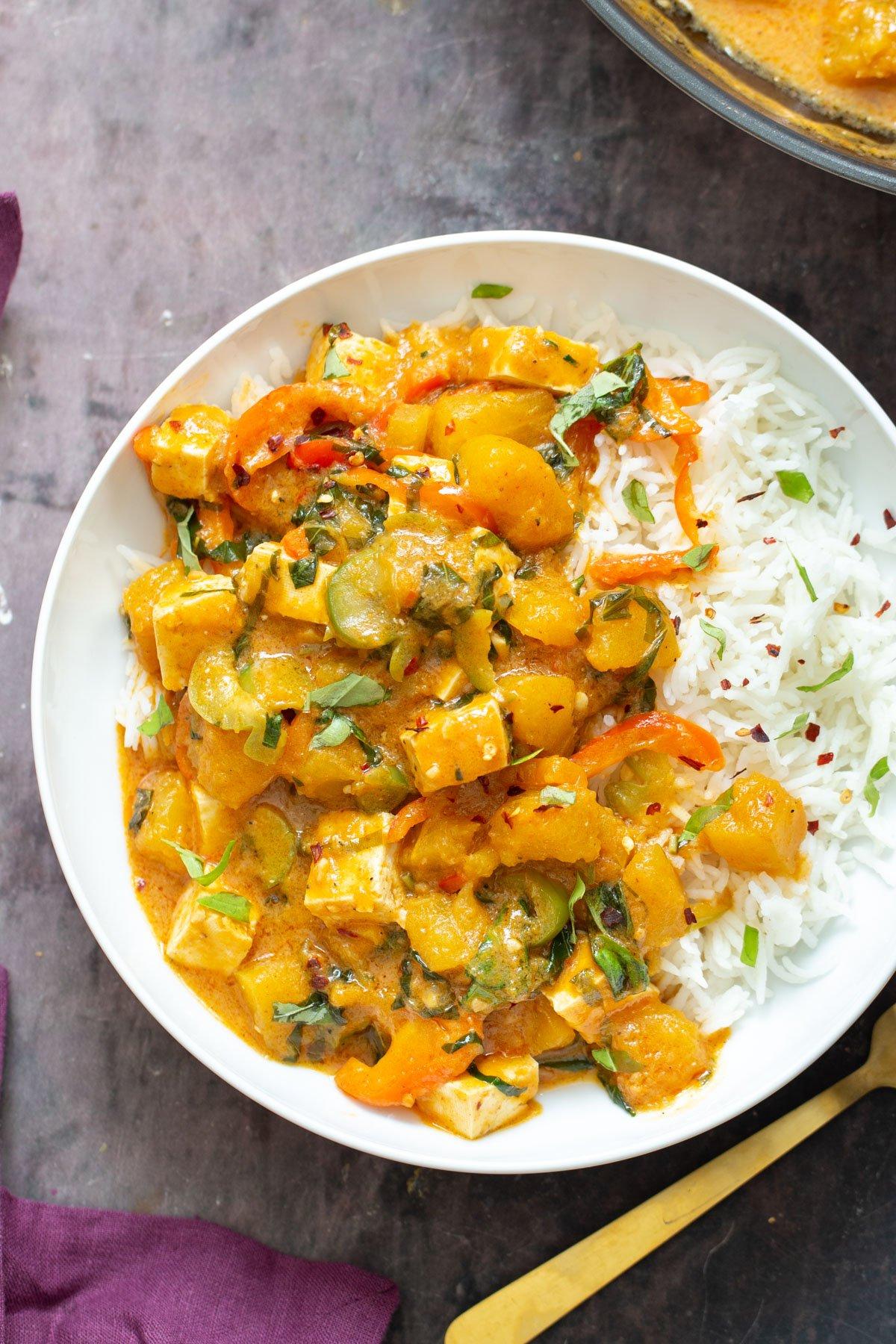 थाई कद्दू करी चावल के साथ परोसा जाता है